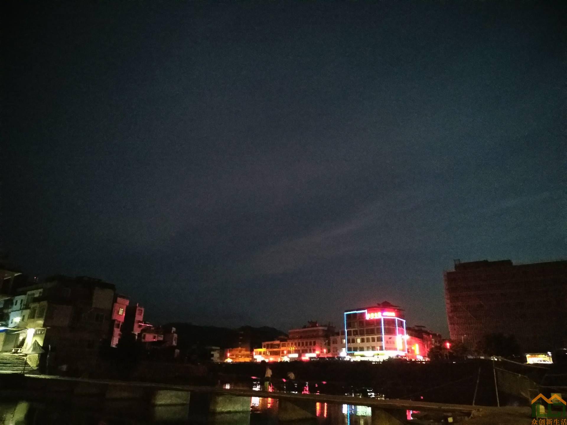 夜色里的古镇